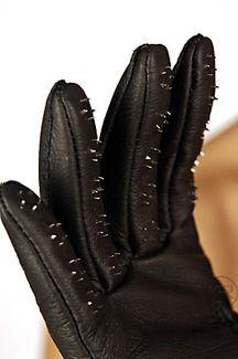st110-vampire-gloves-2_216_325