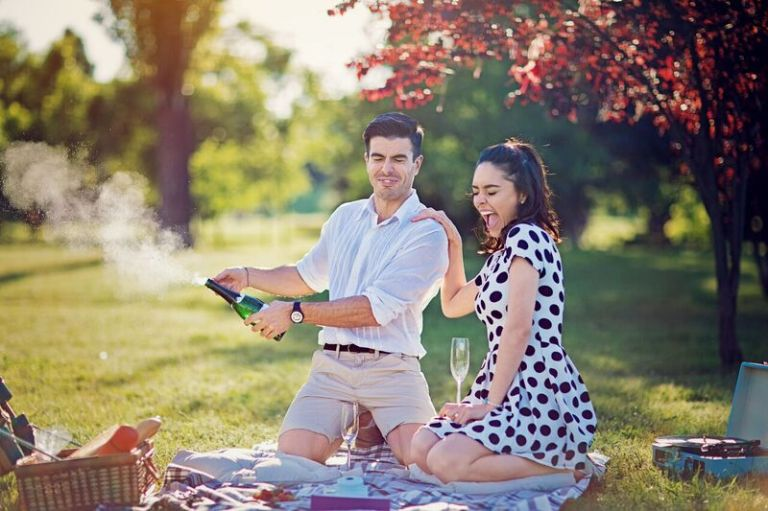 couple_Man-is-opening-champagne-at-the-picnic-in-the-park-697393774_6720x4480_preview